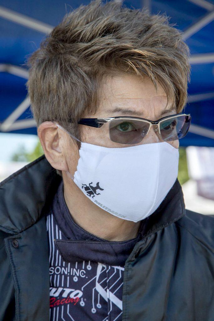 試作品のエムリットマスクを試着する哀川翔さん